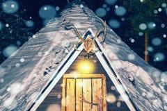 Lappish房子在冬天拉普兰夜降雪的驯鹿农场 库存图片