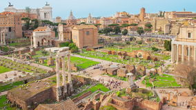 Laps de temps avec le bourdonnement au-dessus des ruines, Roman Forum, Italie banque de vidéos
