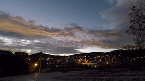 Laps de temps - coucher du soleil nuageux au bord d'une petite ville banque de vidéos