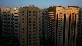 Laps de temps d'aube se cassant au-dessus de la tour de ville - lever de soleil banque de vidéos