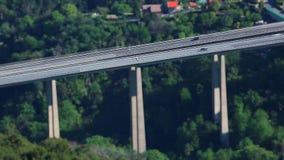 Laps de temps d'Inclinaison-décalage du trafic de route sur un pont banque de vidéos