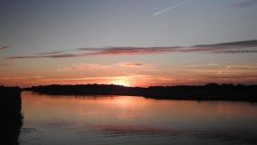 Laps de temps d'un coucher du soleil coloré au-dessus d'un lac aux Pays-Bas banque de vidéos