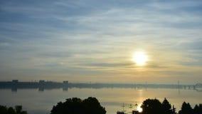 Laps de temps d'une aube urbaine de bel été sur la rivière banque de vidéos