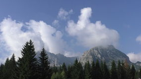 Laps de temps de Cloudscape en montagnes banque de vidéos