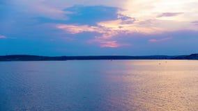 Laps de temps de coucher du soleil au-dessus de la plage de Zrce, île de PAG en Croatie banque de vidéos