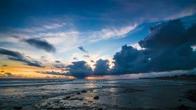 Laps de temps de coucher du soleil de bleu d'océan banque de vidéos