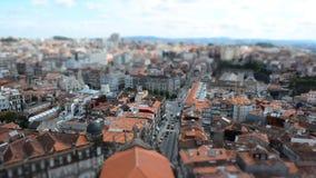 Laps de temps de foyer de décalage d'inclinaison de vue de ville de tour d'église de Clérigos à Porto, Portugal banque de vidéos