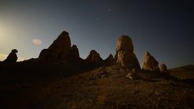Laps de temps de hausse de lune au désert de Californie de sommets de Tronas banque de vidéos