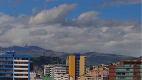 Laps de temps de jour nuageux dans la partie nord de la ville de Quito avec la colline d'EL Panecillo à l'arrière-plan banque de vidéos
