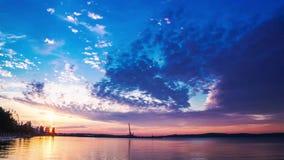 Laps de temps de panorama de coucher du soleil sur le lac banque de vidéos