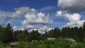 Laps de temps de village d'été avec des nuages clips vidéos