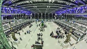 Laps de temps de voyageurs d'aéroport Bangkok Fisheye banque de vidéos