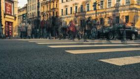 Laps de temps des carrefours dans Nevsky Prospekt, St Petersburg, Russie Tache floue de mouvement et longueur teintée clips vidéos