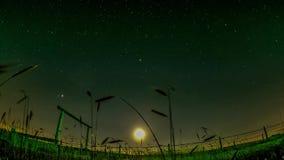 Laps de temps des cieux avec des nuages et des étoiles banque de vidéos