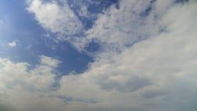 Laps de temps des cumulus contre un ciel bleu clips vidéos