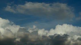 Laps de temps des cumulus contre un ciel bleu banque de vidéos