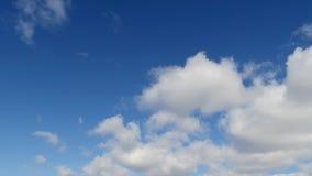 Laps de temps des cumulus contre un ciel bleu Les nuages blancs serrent le ciel clips vidéos