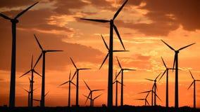 Laps de temps des moulins à vent de puissance dans le désert de Californie au coucher du soleil