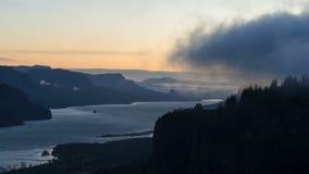 Laps de temps des nuages au-dessus de la gorge du fleuve Columbia du point de Chanticleer au lever de soleil clips vidéos