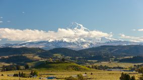 Laps de temps des nuages et du ciel mobiles au-dessus du Mt Le capot et les Rolling Hills aménagent des vergers en parc de poire  clips vidéos