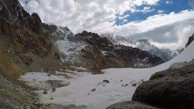 Laps de temps des nuages mobiles au-dessus du bâti Lobuche en Himalaya clips vidéos