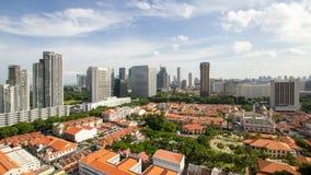 Laps de temps des nuages mobiles au-dessus du charme de Kampong avec le paysage urbain de Singapour banque de vidéos