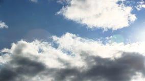 Laps de temps des nuages orageux avec le ciel bleu passant par banque de vidéos