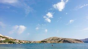 Laps de temps des nuages se déplaçant au-dessus de Metajna, île de PAG, Croatie banque de vidéos
