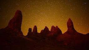 Laps de temps des sommets de Tronas la nuit - désert de Californie banque de vidéos