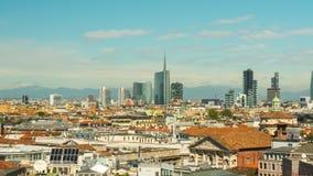 Laps de temps du centre du panorama 4k de dessus de toit de duomo de jour ensoleillé de ville de Milan Italie banque de vidéos