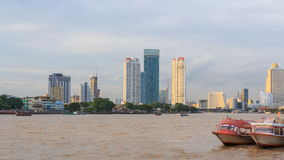 Laps de temps du haut bâtiment à la rivière dans le temps de coucher du soleil clips vidéos