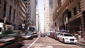 Laps de temps du jour ensoleillé 4k du trafic de Broadway de New York City banque de vidéos
