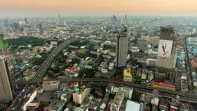 Laps de temps du panorama 4k de paysage urbain de routes du trafic de dessus de toit d'hôtel de soirée de Bangkok Thaïlande banque de vidéos