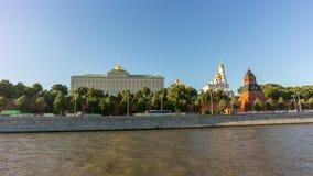 Laps de temps du panorama 4k de tour du Kremlin de bateau de passager de rivière de Moscou d'été Russie banque de vidéos