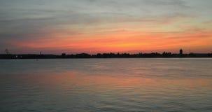 Laps de temps du panorama 4k de paysage urbain de coucher du soleil d'été Timelapse de coucher du soleil avec des nuages au-dessu banque de vidéos