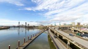 Laps de temps du trafic et des nuages d'autoroute au-dessus d'uhd du centre de Portland Orégon 4k banque de vidéos