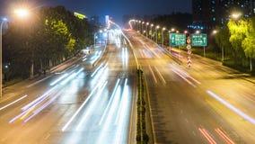 Laps de temps du trafic occupé d'échange la nuit dans la ville banque de vidéos