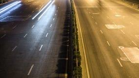 Laps de temps du trafic occupé d'échange la nuit dans la ville clips vidéos