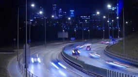 Laps de temps du trafic occupé d'autoroute la nuit à Vilnius, Lithuanie banque de vidéos