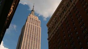 Laps de temps ensoleillé de l'Empire State Building 4k de New York banque de vidéos