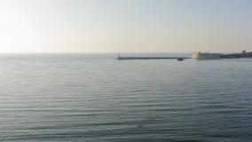 Laps de temps filmant la belle vue de la baie à partir du dessus au coucher du soleil clips vidéos