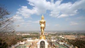Laps de temps FO Bouddha se tenant sur une montagne Wat Phra That Khao Noi, Nan Province, Thaïlande banque de vidéos