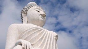 Laps de temps : Grand temple blanc de Bouddha Nuages courus dans le ciel au-dessus de la statue se reposante 4K Phuket, Thaïlande clips vidéos