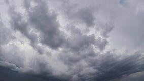 Laps de temps gris-foncé rapide de nuages de pluie clips vidéos