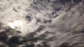 Laps de temps impressionnant des cumulus denses avec des effets de la lumi?re dramatiques banque de vidéos
