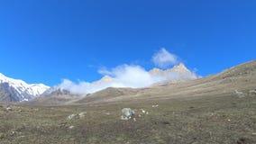 Laps de temps de jour dans les montagnes du Caucase du nord à un grand-angulaire Nuage de tourbillonnement au pied des roches épi banque de vidéos