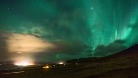 laps de temps 4K Aurora Borealis Northern Lights dans la nuit de pleine lune, Islande banque de vidéos