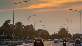laps de temps 4K de ciel de coucher du soleil à la route de l'île de Koh Loy en mer clips vidéos