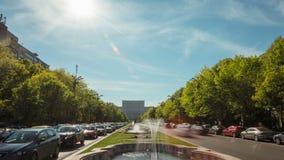 Laps de temps 4K gentil du Parlement à Bucarest avec la rue et les fontaines, Roumanie banque de vidéos