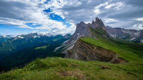 laps de temps 4K de montagne de Seceda dans les dolomites, Italie banque de vidéos